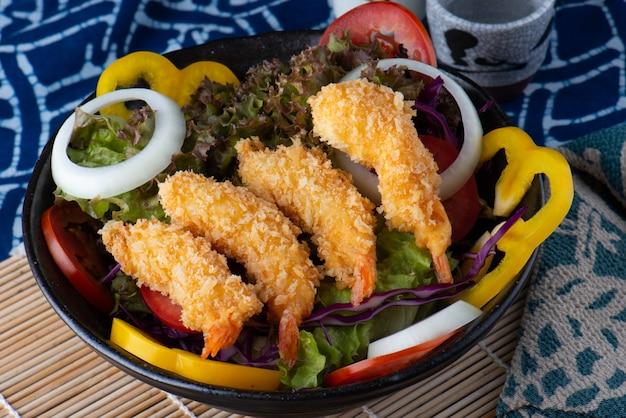 Salat mit frittierten garnelen.