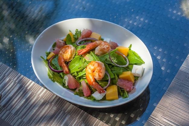 Salat mit garnelen auf dem tisch