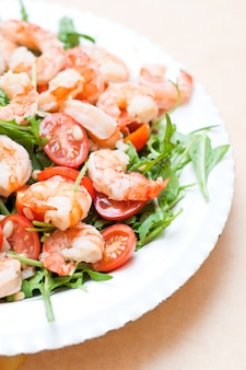 Salat mit garnelen, kirschtomaten und ruccola