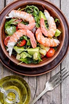 Salat mit garnelen, tomaten und avocado