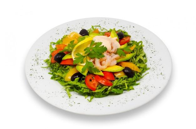 Salat mit garnelen und frischem gemüse mit avocado und rosensauce