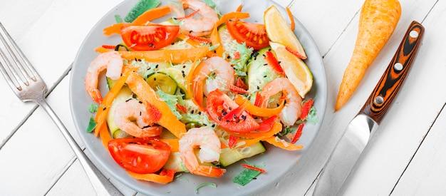 Salat mit garnelen und gemüse