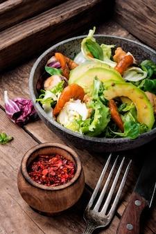 Salat mit garnelen und muscheln