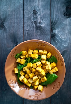 Salat mit gebratenem tofu und spinat