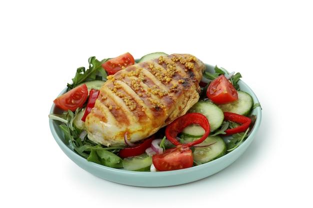 Salat mit gegrilltem hähnchen auf weißem hintergrund