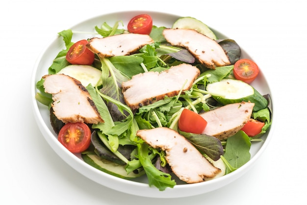 Salat mit gegrilltem hähnchen mischen - gesunde ernährung