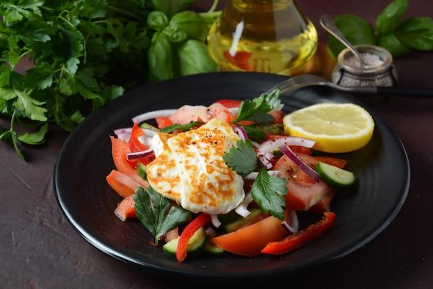 Salat mit gegrilltem halloumi-käse mit tomaten, gurken, paprika, roten zwiebeln
