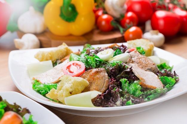 Salat mit gegrilltem huhn, caesar-salat, abschluss oben