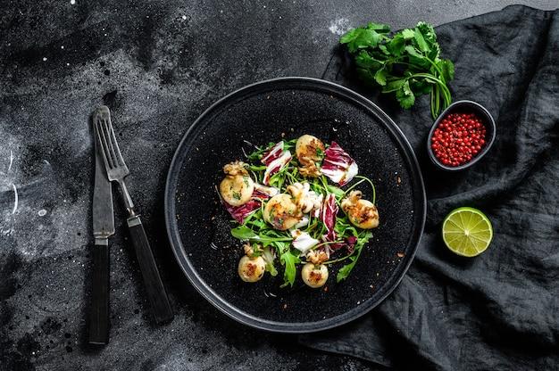 Salat mit gegrilltem tintenfisch und rucola