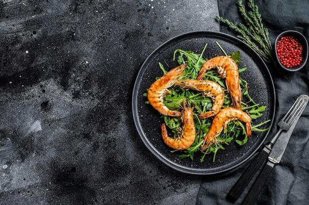 Salat mit gegrillten riesentigergarnelen, garnelen und rucola