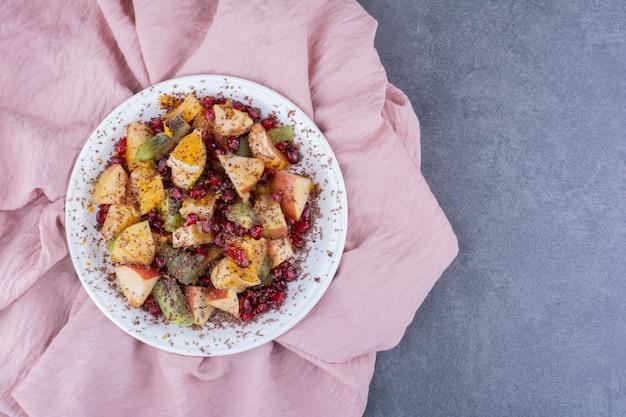 Salat mit gehackten früchten, kräutern und gewürzen