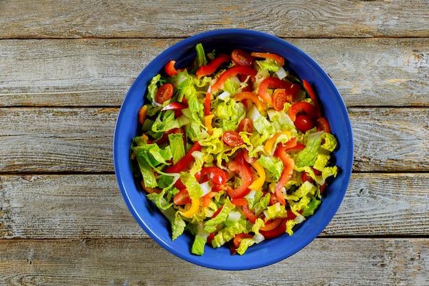 Salat mit gemüse und gemüse