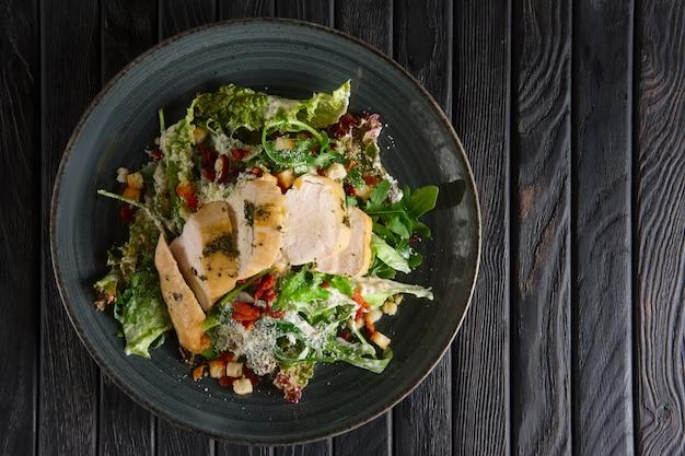 Salat mit geräuchertem hähnchenfilet und speck salat mit geräuchertem hähnchenfilet und speckchips. yop ansicht.