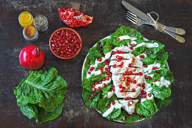 Salat mit granatapfel und pute.