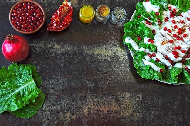 Salat mit granatapfel und truthahn auf schwarzem hintergrund