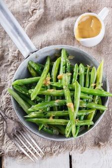 Salat mit grünen bohnen. imbiss auf sommerpartys.