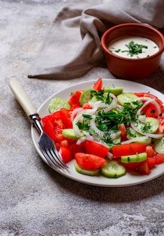Salat mit gurke und tomate