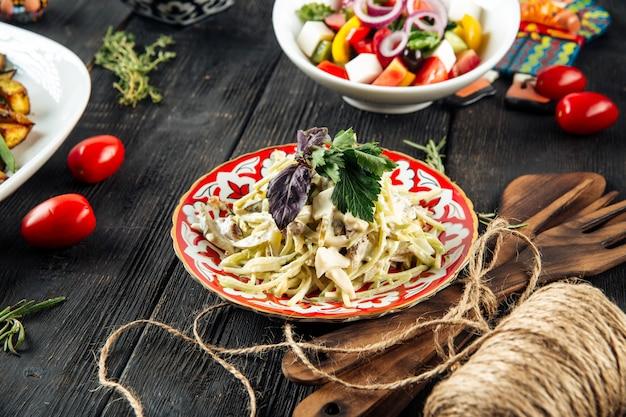 Salat mit gurken hähnchenbrust und pilzen