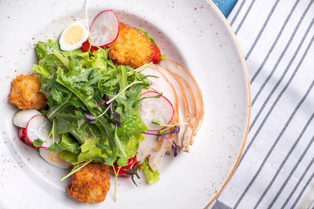 Salat mit hähnchenfilet, gemüse und käse zu den mahlzeiten