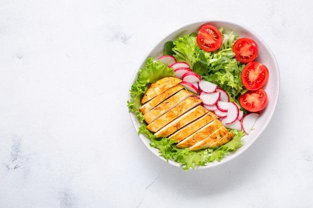 Salat mit hähnchenfilet. keto-diät, gesundes essen, diät-mittagessen. draufsicht auf weißem hintergrund.