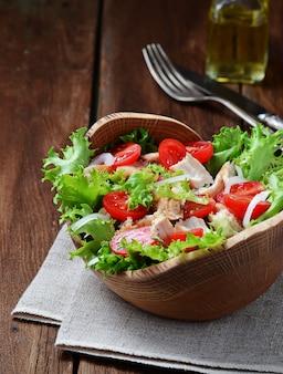 Salat mit hühnchen, tomatenkirsche und zwiebeln