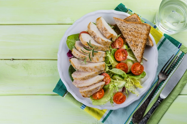 Salat mit hühnersteak auf weißer platte