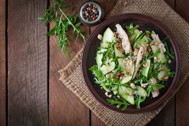 Salat mit huhn und zucchini