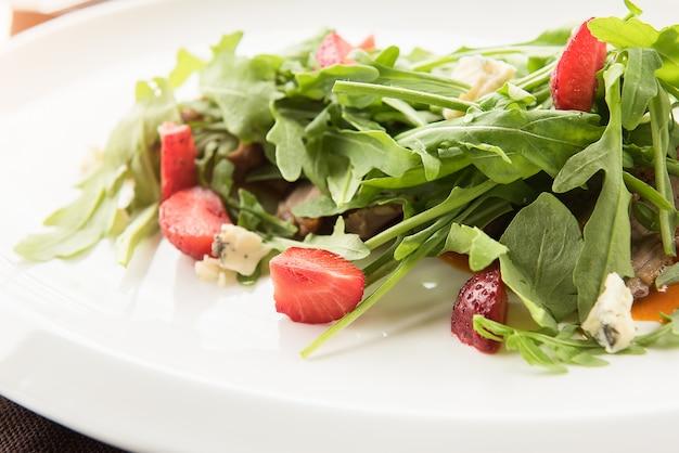 Salat mit käse dor blue, garniert mit erdbeeren
