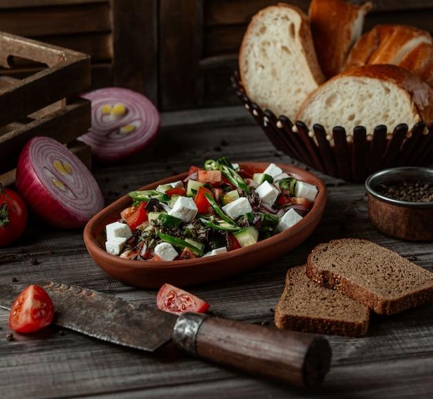 Salat mit käse und gemüsewürfeln und kräutern