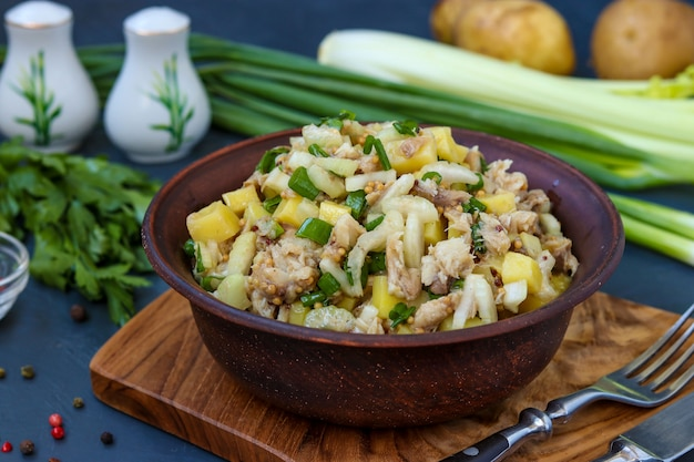 Salat mit kartoffeln, makrele und sellerie, gewürzt mit senf und olivenöl, horizontales foto