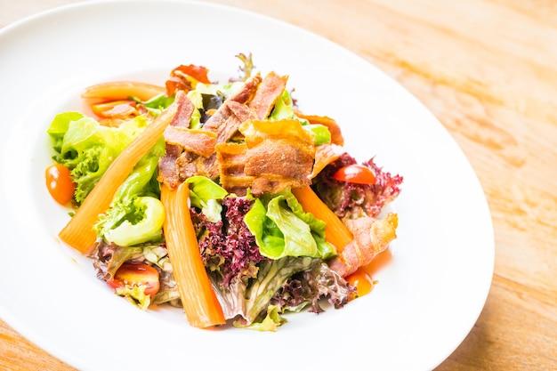 Salat mit krabbenstäbchen