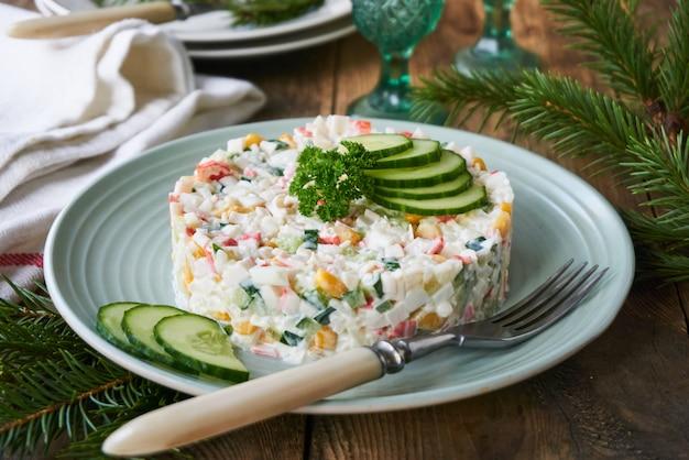 Salat mit krabbenstangen, gemüse, reis und eiern