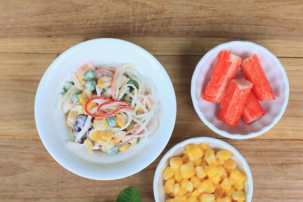 Salat mit krabbenstangen
