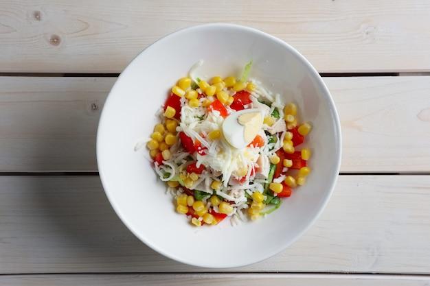 Salat mit mais, ei, pfeffer, käse. ansicht von oben.