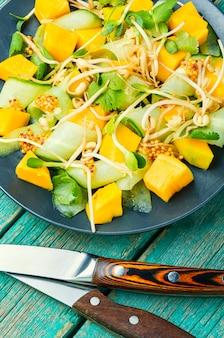 Salat mit mango und gemüse.