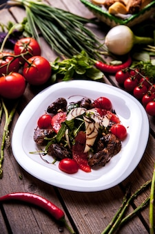 Salat mit mozzarella, tomaten und basilikum