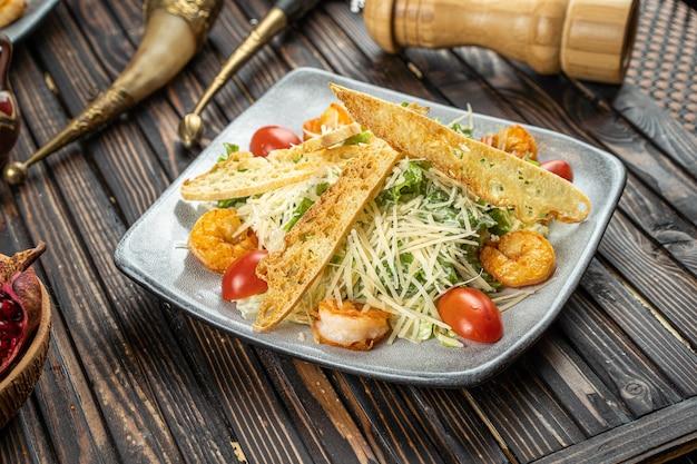Salat mit orange, gurken, tomaten, rotkohl und rucola. hochwertiges foto