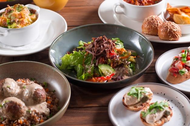 Salat mit rinderzunge und gemüse