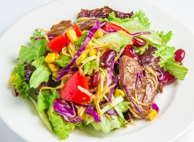 Salat mit rindfleisch