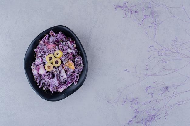 Salat mit rotkohl und zwiebeln in einem teller