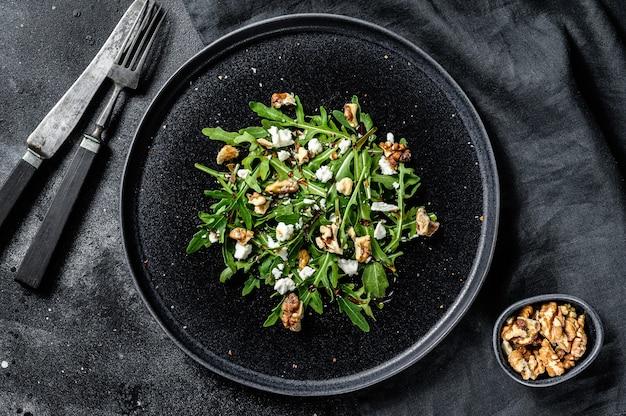 Salat mit rucola, nüssen, feta, olivenöl, kräutern