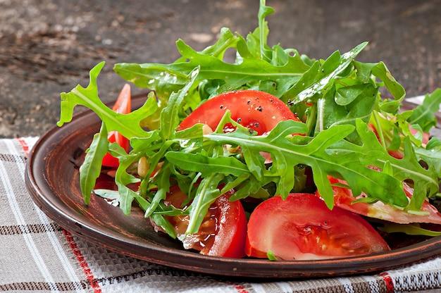 Salat mit rucola, tomaten und pinienkernen