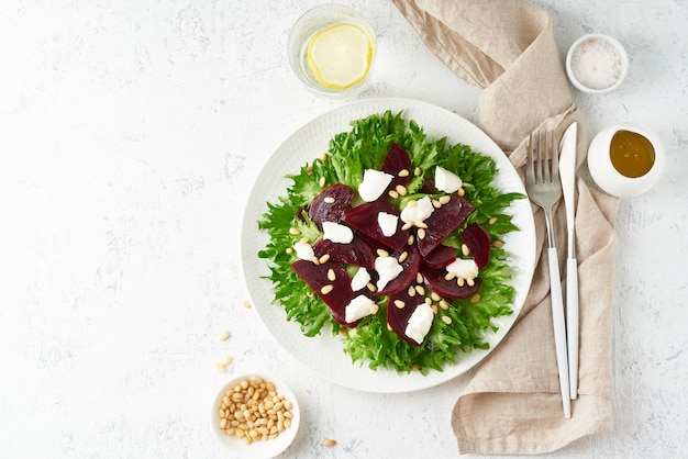 Salat mit rüben, quark, feta, ricotta und pinienkernen, salat. gesunde ketogene keto-dash-diät