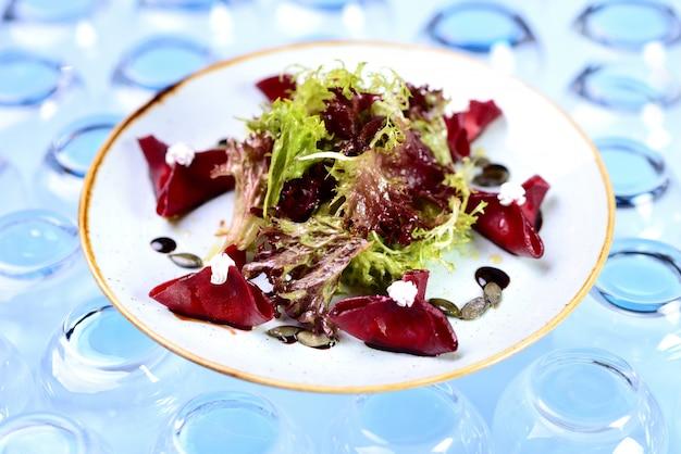Salat mit rübenkäse und kürbiskernen