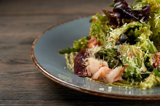 Salat mit salat und balsamico-dressing mit meeresfrüchten