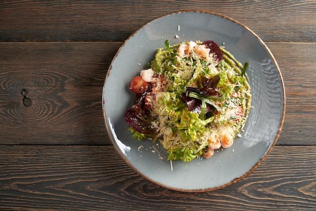 Salat mit salat und meeresfrüchten auf avocadopüree