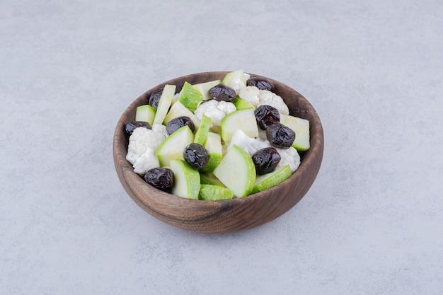 Salat mit schwarzen oliven, kräutern und gemüse