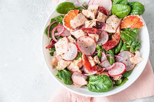 Salat mit spinat gegrilltem lachsrettich und sizilianischen orangen