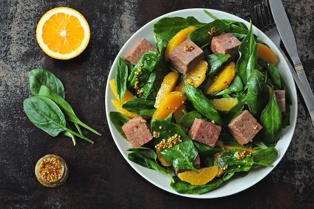 Salat mit spinat, orange und geräuchertem lachs.