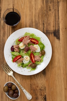 Salat mit thunfisch auf teller
